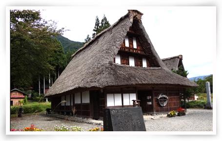 集中有26户人字形木屋顶建筑式